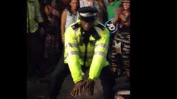 踊るポリス、ロンドンのカーニバルに登場【動画】
