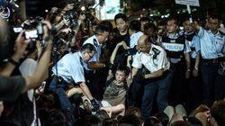 香港の警官隊が座り込みデモを強制排除、500人以上拘束