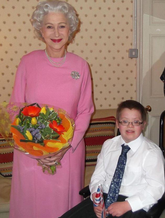 イギリスの大女優ヘレン・ミレンは女王を演じきった。余命わずかの少年のために。(画像)