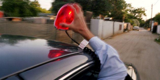 京都府警パトカー、145キロで緊急走行しスピード違反の赤切符