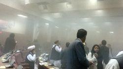 タリバンがアフガニスタン議会を襲撃、自爆テロの瞬間(動画)