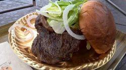 はみ出す肉の迫力 淡路島の「3000円バーガー」がすごい