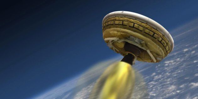 NASAの「空飛ぶ円盤」、ハワイ沖に落下 火星着陸装置の実験