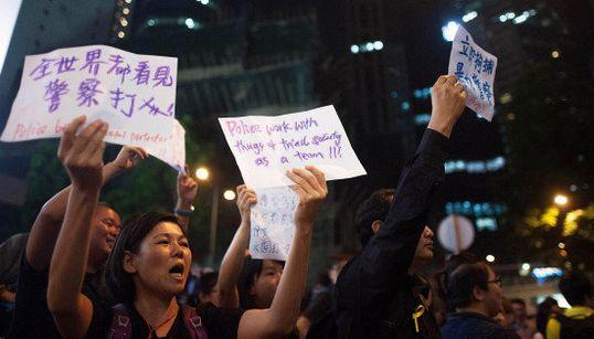 「世界は見てるぞ。警察の暴挙を」香港デモ。抗議する学生たち 排除する警官たち【画像】