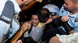 香港警察、反中デモ市民を強制排除 自由な選挙求めビジネス街で座り込み
