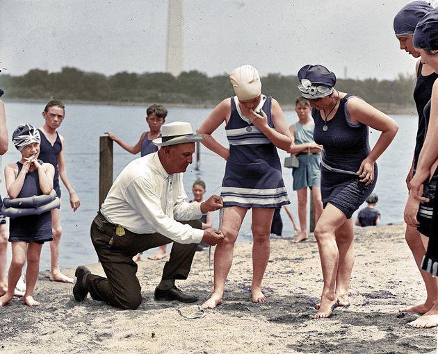 きわどさをチェックする1922年の「水着警官」(写真)
