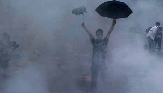 【傘の革命】香港民主化デモ「催涙ガスはいらない。私たちはもう、泣いている」(画像)