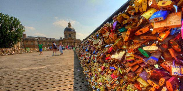 「愛の重み」で手すり崩れる パリ、セーヌ川に架かる橋が一時閉鎖に