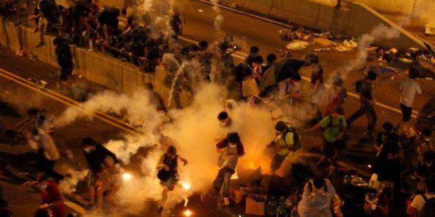 香港中心部でデモ隊に催涙弾発射 行政長官選挙巡り最大8万人が抗議