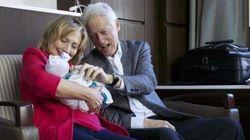 ビル・クリントン氏とヒラリー氏、初孫にメロメロになる【画像】