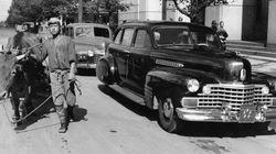 マッカーサーの自動車と庶民の牛 1945年、終戦直後の東京(画像集)