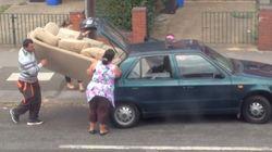 「そりゃ、無理でしょ」それでも一家はソファを小型車に積み込もうとする(動画)