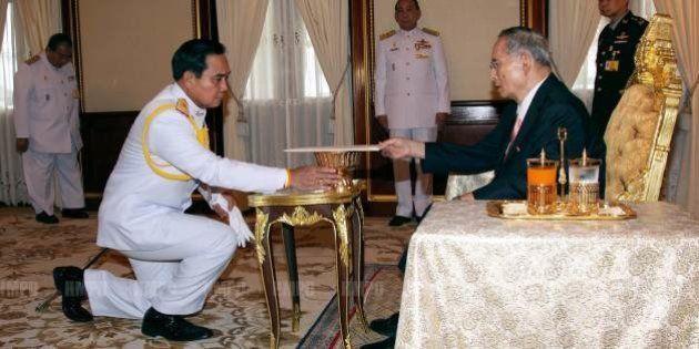 タイ軍政、暫定憲法を公布 軍が影響力、陸軍司令官はクーデター後初めて国王と謁見