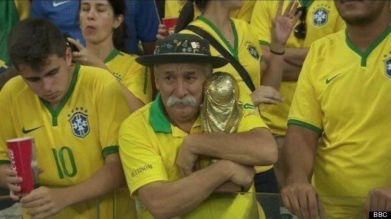 悲しみに暮れるブラジルサポーターのおじさん、落ち込んでるかと思いきや...