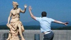 銅像と一体となった人たち(画像)