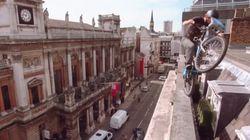 自転車がロンドンの街中であり得ない所を走っている(動画)