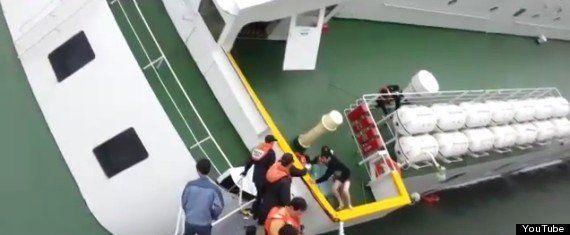 韓国船沈没、パンツ姿で脱出する船長