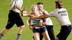 「ヒア・ウィー・ゴー!」球場に乱入した女性 Vineで