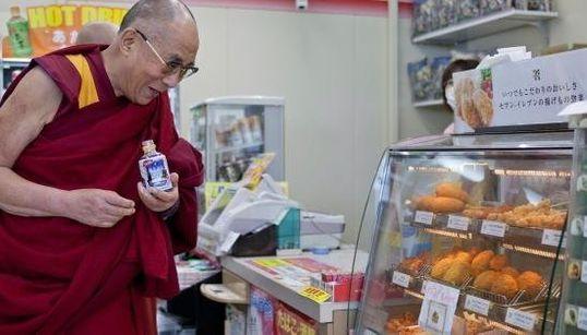ダライ・ラマ14世がコンビニで買い物していてうれしそう【画像】