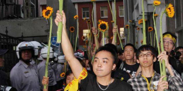 台湾、立法院占拠学生が退去