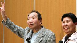 袴田巌さん、元気な姿でVサイン