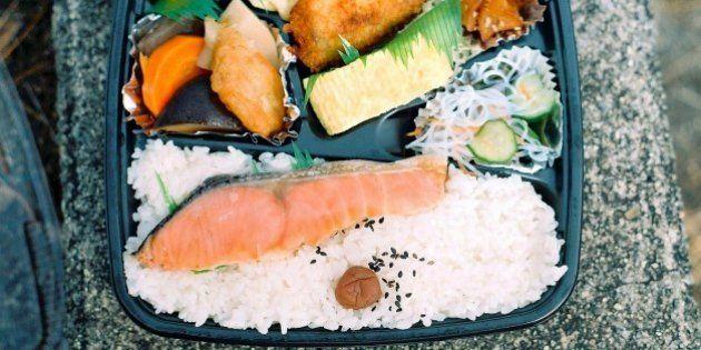 「鮭弁当」、ニジマス使用でもOK