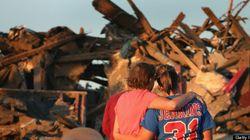 巨大竜巻、小学校直撃を携帯動画が捉えた