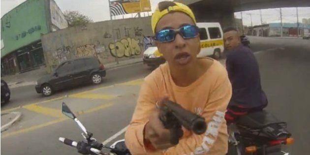 ブラジル・サンパウロでバイク強盗が警官に銃撃される瞬間をヘルメット搭載カメラが捉える【動画】