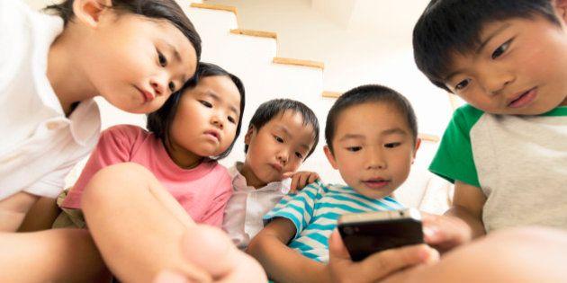 スマホやタブレットで小さい子供が遊ぶときに親が知っておくべき4つのこと
