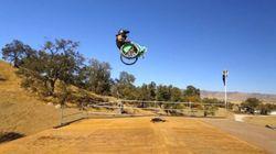 車いすのフリースタイル選手アーロン・フォザリンガムさんは、重力を無視して宙返りする(動画)