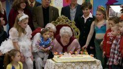 米国一高齢の現役教師、100歳の誕生日(動画)