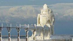 「氷の宮殿」になったミシガン湖の灯台(写真)