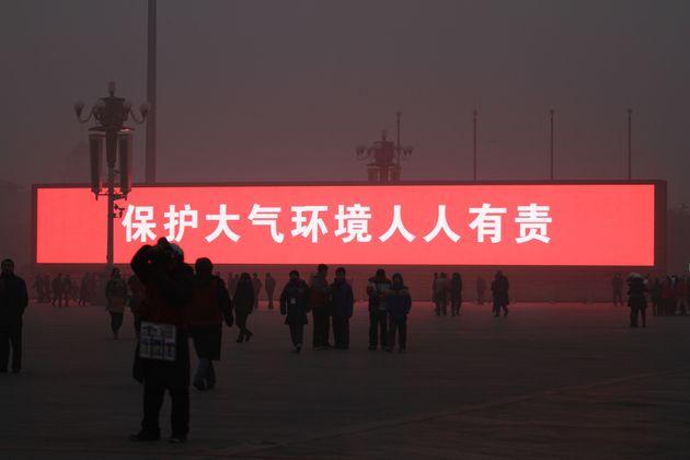 大気汚染の中国、巨大スクリーンで「バーチャルな日の出」