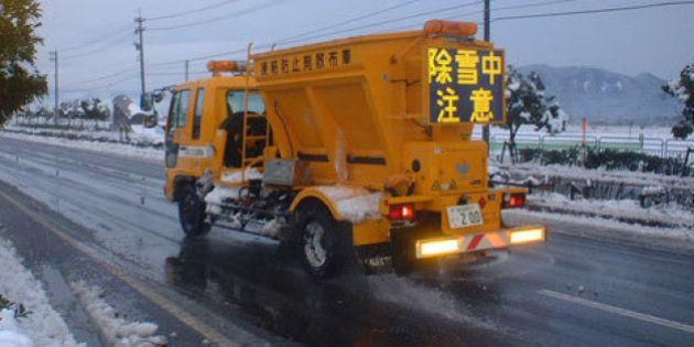 大雪による「塩カル」不足で各地の自治体が悲鳴 原因は「ガラス」との見方も