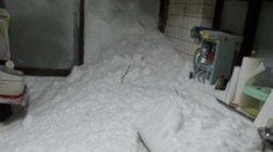 山梨県、積雪1メートル超 各地で車の立ち往生、雪崩の発生も
