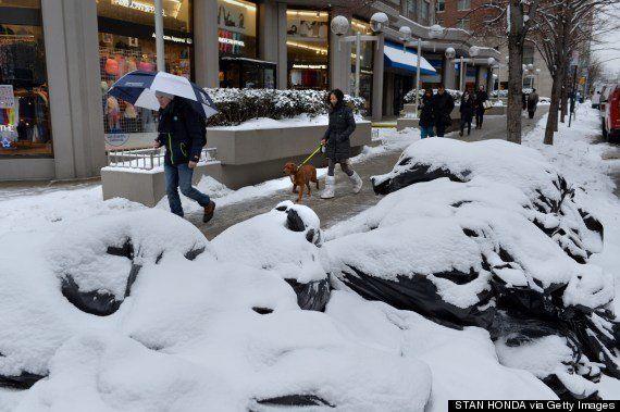 積雪で「ゴミの山」が成長するNY(写真集)