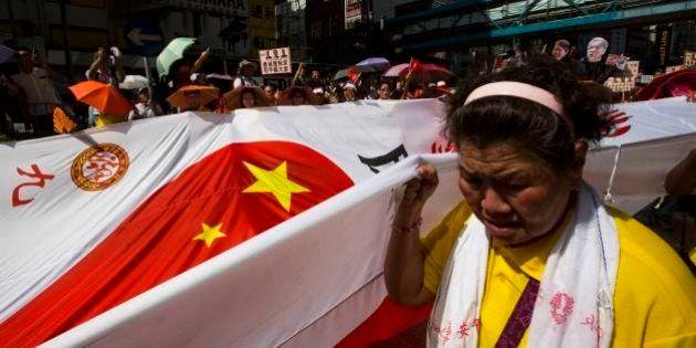 香港で親中派が大規模デモ 民主派の金融街占拠運動に対抗
