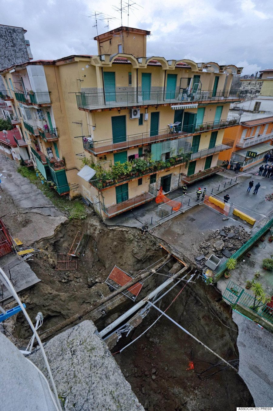 巨大な穴、ナポリの住宅街に出現 380人に避難指示(画像)