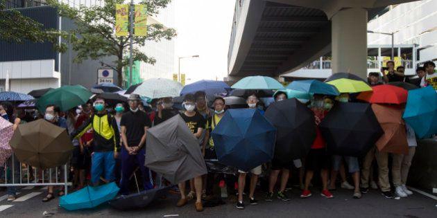 香港デモ、十代の学生らが前線に 富豪らが後ろ盾【傘の革命】