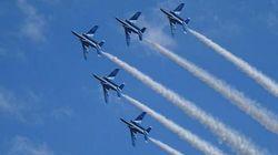 ブルーインパルス、入間航空祭の秋空を彩る