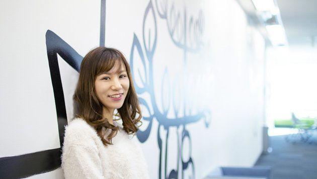 【熊倉さんプロフィール】2013年、営業として新卒入社。産休・育休から復帰した後、制作企画へ異動。「スマートグロース制度」を活用し、子育てと仕事を両立している。