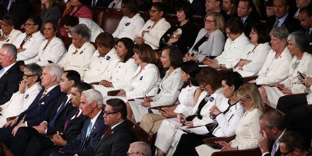 トランプ大統領の初めての一般教書演説を、白いスーツを着て聞く女性議員ら=2017年2月28日、ワシントン