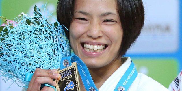 世界柔道女子57キロ級の表彰式で金メダルを掲げる松本薫(ベネシード)=2015年8月26日、カザフスタン・アスタナ