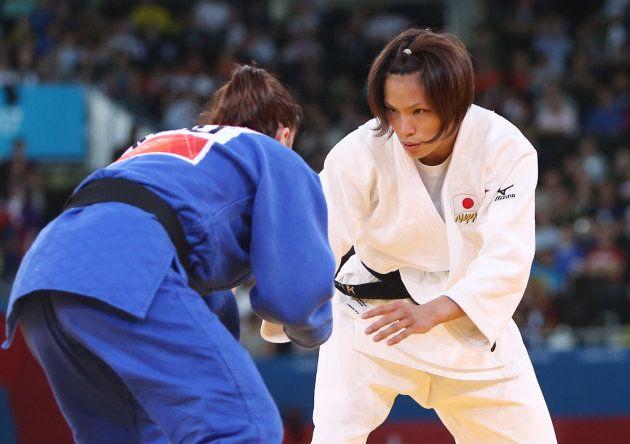 鋭い視線で決勝戦に臨む柔道女子57キロ級の松本薫(右)=2012年7月30日、イギリス・ロンドン