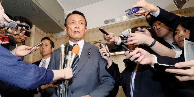 記者団に囲まれる麻生太郎氏(2018年4月)