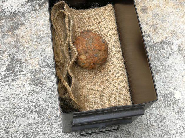 2日、香港のポテトチップスの工場で、フランス産のジャガイモに紛れているのが見つかった第1次世界大戦時代の手りゅう弾(香港警察が3日公開)(中国・香港)