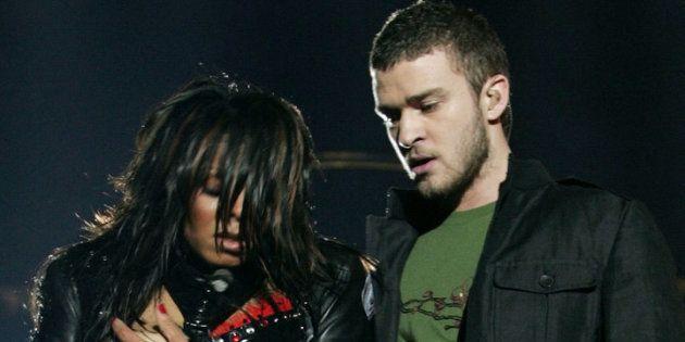 2004年のスーパーボウル・ハーフタイムショーでパフォーマンスする、ジャネット・ジャクソンとジャスティン・ティンバーレイク