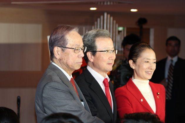 福田元総理(左)と程永華全権大使(中央)