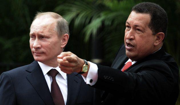 ロシアのプーチン首相(当時、左)と話すチャベス大統領=2010年4月、カラカス