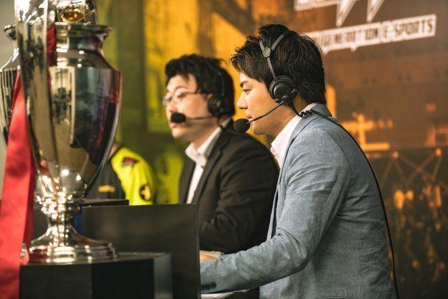 2018年esports専門の実況キャスターに転身した元・ABC朝日放送の平岩康佑さん(写真右)